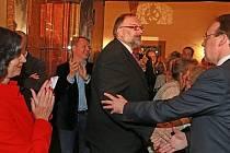Dupperovi blahopřeje Mangold (vpravo), tleská Weberová.