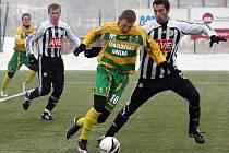 Marián Jarabica v zápase Dynama se Sokolovem v Tipsportlize v Plzni bojuje se sokolovským Olegem Duchničem.