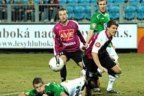 Na jaře Dynamo s Jabloncem hrálo bez gólů, když obrana uhlídala i kanonýra Necida (na snímku padá po souboji s Peroutkou). Poradí si zadáci Dynama zítra i s Lafatou?