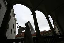 Mnohem víc strašidel slibují letos Noční prohlídky s bílou paní na hradě a zámku v Jindřichově Hradci, které mají premiéru 22. července. Hra zavede diváky do černé kuchyně, kaple Svatého ducha, zahrady, rondelu a na III. nádvoří, kde k nim promluví kašna.