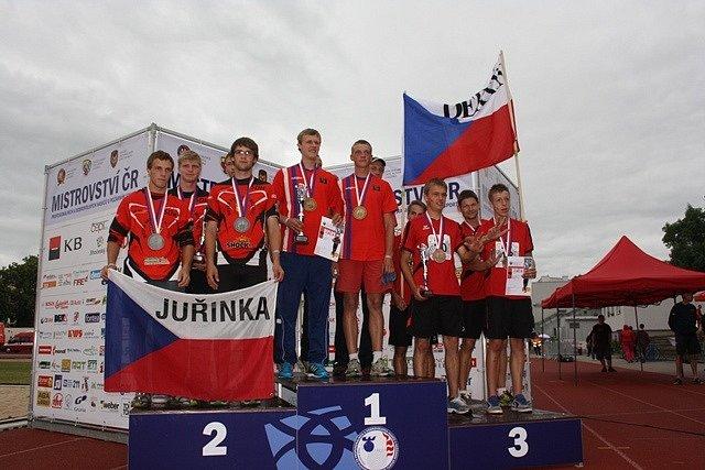 Zakončení hasičského mistrovství. Stupně vítězů v disciplíně štafeta - SDH muži.