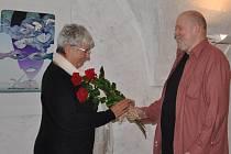Voňavé poděkování věnoval při úterní vernisáži autorce Marii Michaele Šechtlové galerista Václav Johanus.