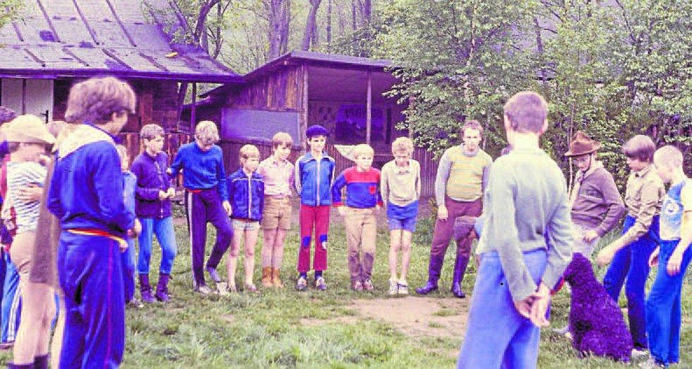 Houf odhodlaných dobrodruhů na základně Čtverland v roce 1988.