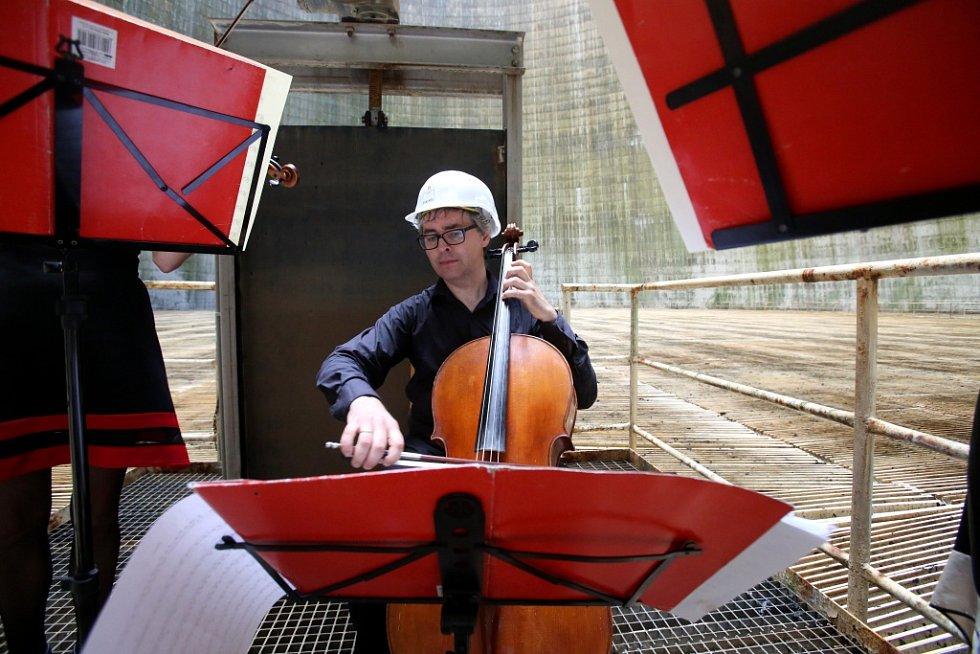 Kvarteto Jihočeské filharmonie zahrálo 20. června v chladicí věži Jaderné elektrárny Temelín. Zazněly skladby Mozarta, Debussyho a Dvořáka. Na snímku violoncellista Jiří Šlechta.