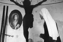 Do 20. června nabízí výstava Via Lucis v jindřichohradeckém Národním muzeu fotografie kolekci čítající na 300 snímků. Odrážejí proměny Česka od roku 1989 a vypovídá také mnohé o naší identitě. Snímek Brána naděje.