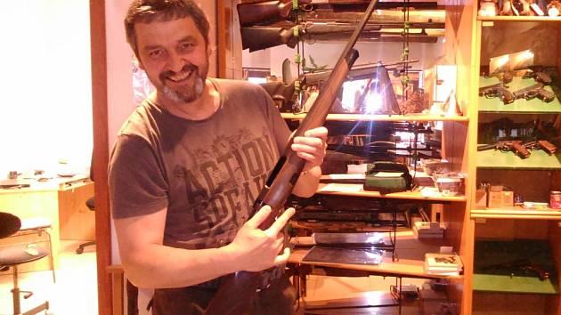 Josef Svěchota v oboru prodeje zbraní a střeliva pracuje dlouhé roky. Svým zákazníkům tak dovede s nákupem odborně poradit.