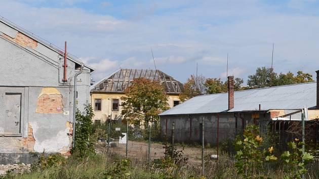 V areálu bývalých kasáren ve Čtyřech Dvorech před časem některé budovy poškodil větrný poryv.