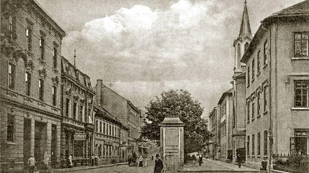 Lannova třída v Českých Budějovicích, směr k nádraží. Foto z minulosti.