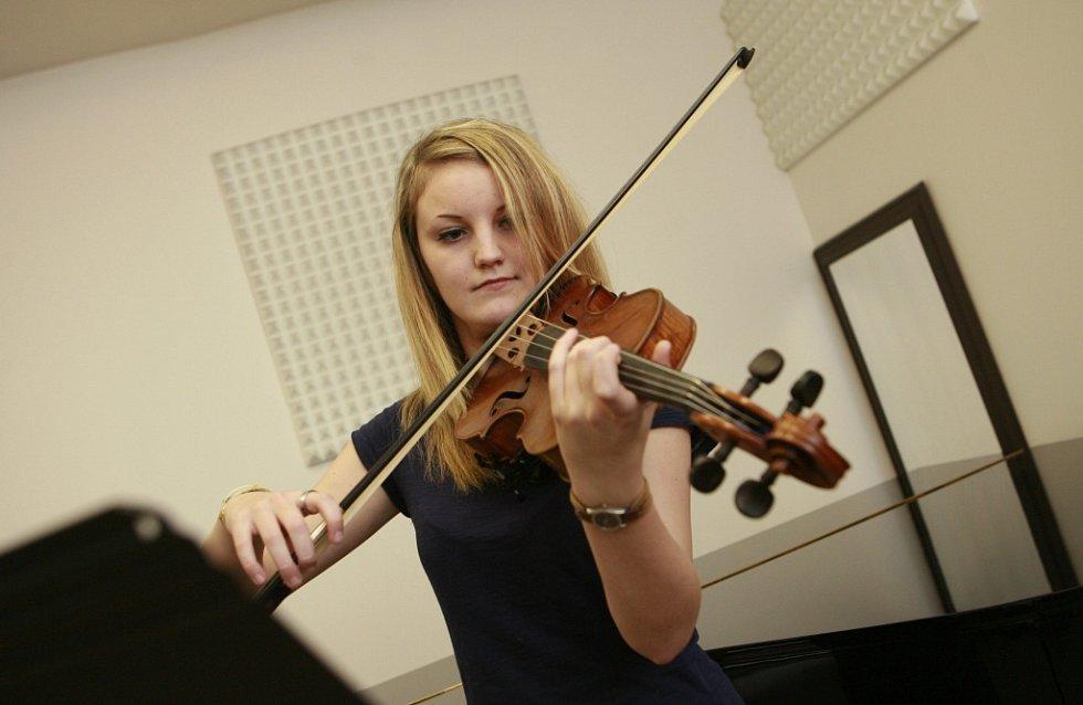 Violistka Lenka Němcová, rodačka z Českých Budějovic, absolutní vítězka soutěže konzervatoří 2014 v oboru viol. Na snímku v roce 2012.