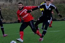 Dorostenec Patrik Švantner v přípravě Dynama s Pardubicemi (0:2) bojuje s hostujícím Kudrnou.