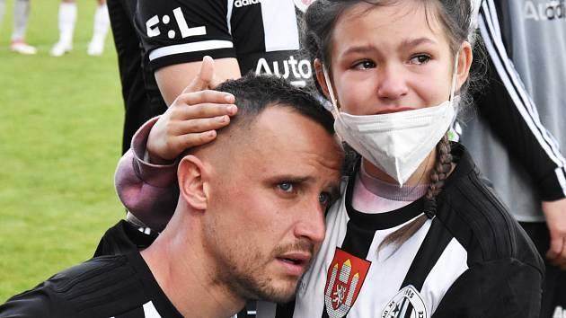 Jiří Kladrubský po rozlučkovém zápase se Slováckem s dcerkou Nellinkou.