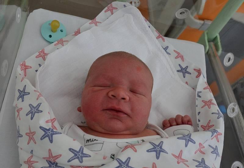 Starším bráškou je od 7. 9. 2021 10letý Tomáš z Písku. Rodičům Aleně Novotné a Tomáši Cibochovi se v tento den ve 13.34 h narodil syn Dominik Ciboch, vážil 4,20 kg.