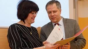 Rektor Jihočeské univerzity Tomáš Machula (vpravo) jmenoval 21. ledna 2019 novou děkanjou Zdravotně sociální fakulty Jihočeské univerzity Ivanu Chloubovou (vlevo).