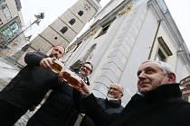 """V pátek byl slavnostně naražen  první sud """"Požehnaného ležáku"""" u českobudějovické katedrály sv. Mikuláše."""