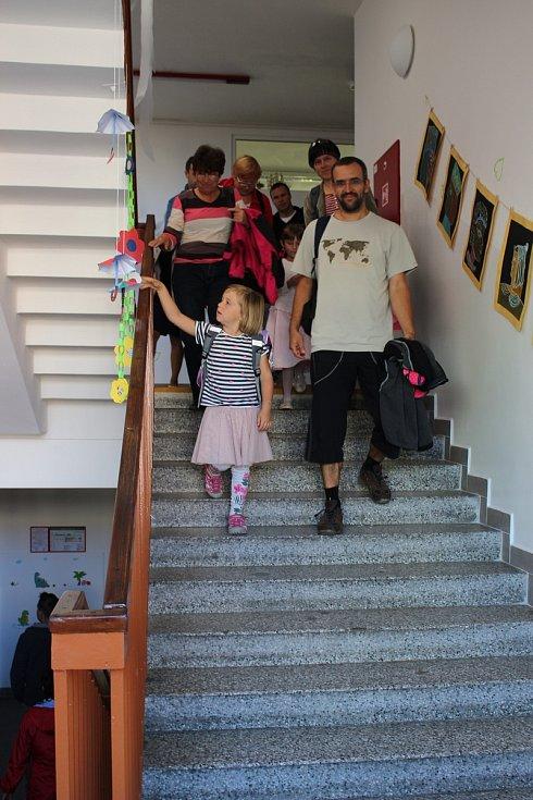 Prvňáčci při první školní hodině.