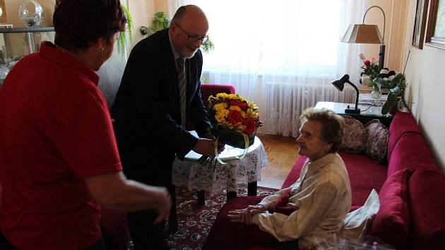 Marie Smetanová (na snímku vpravo) se narodila 12. září 1919 a  k významnému životnímu výročí jí popřál hodně zdraví primátor Českých Budějovic Jiří Svoboda.