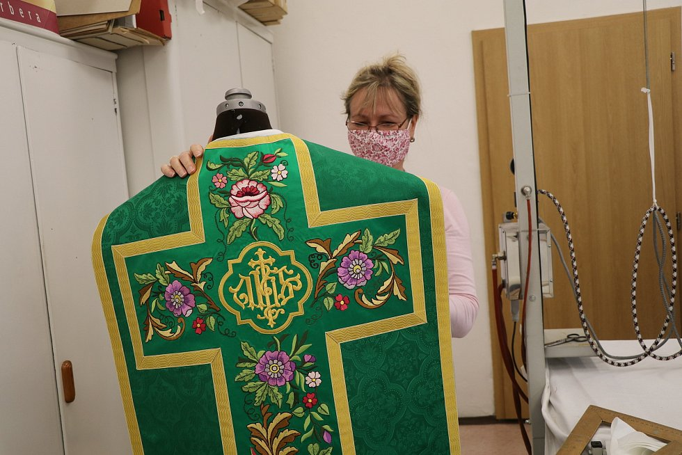 Krejčové šicí dílny Kongregace sester Nejvyšší Svátosti v Lipenské ulici v Českých Budějovicích šijí církevní oblečení skoro pro celý svět.