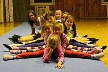 Pravidelné tréninky mají mladé gymnastky z Boršova. Společně jezdí na soustředění i na závody. Za několik týdnů je také čekají závody na domácí půdě v Boršově.