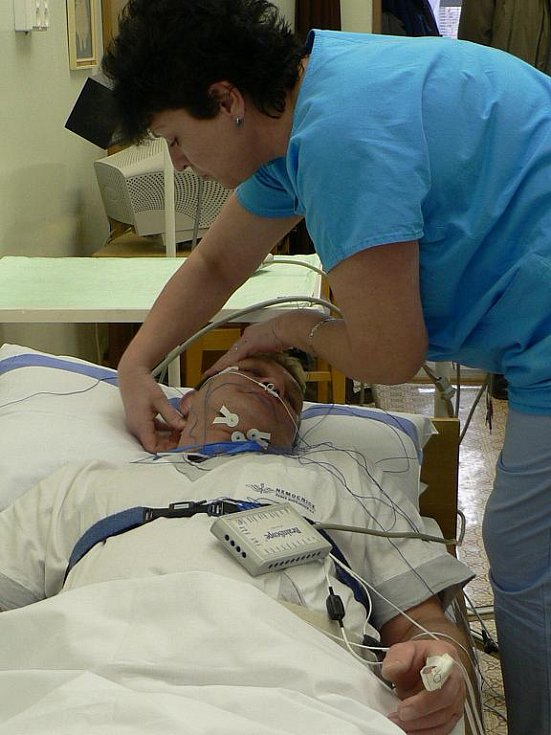 Noc se neobejde bez množství snímačů na pacientově těle.