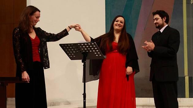 V listopadu uspořádala Společnost přátel Itálie (SPI) v Českých Budějovicích koncert římské sopranistky Loredany Margheriti. Na snímku zleva klavíristka Markéta Týmlová, Loredana Margheriti a předseda jihočeské pobočky SPI Václav Grubhoffer.