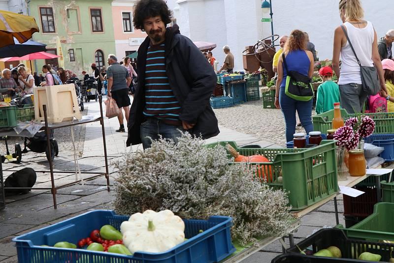 Trh na českobudějovickém Piaristickém náměstí je největší v krajském městě a dvakrát týdně ho navštíví tisíce českobudějovických občanů.
