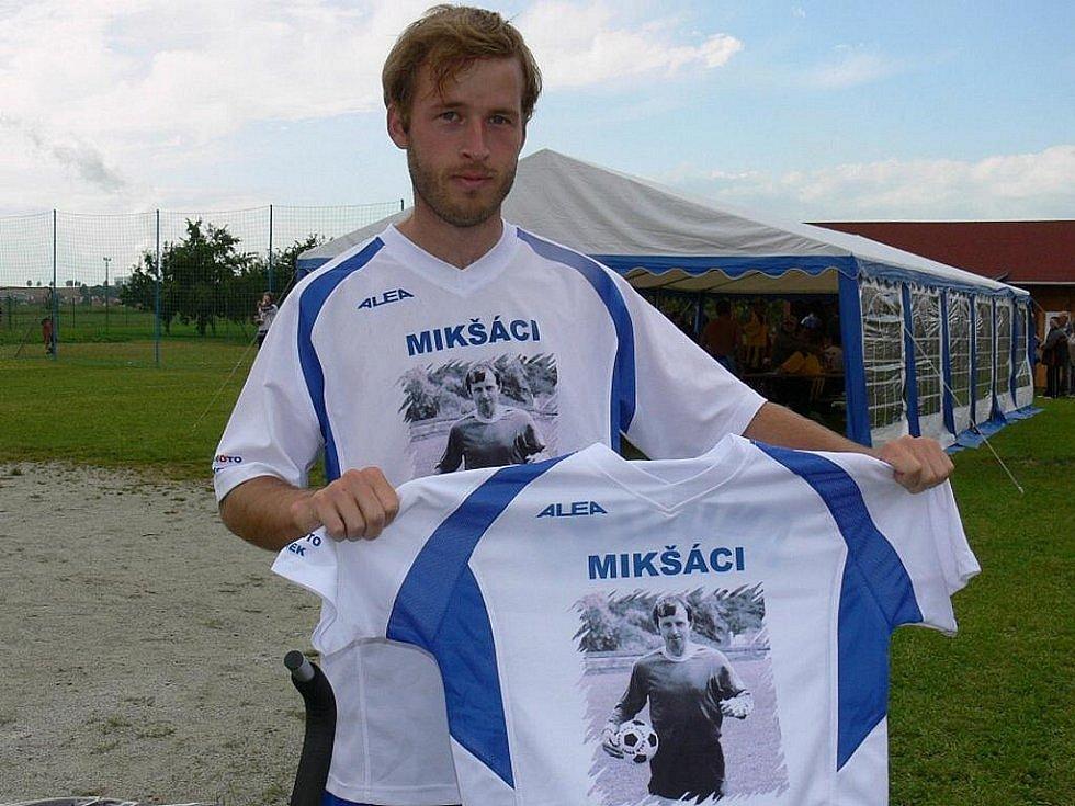 Slavným fotbalistiou Týna byl Josef Mikšovský
