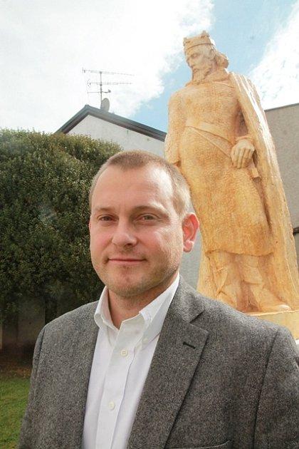 Květen. Budějovičtí se začali zabývat otázkou, kam umístit sochu Přemysla Otakara II.