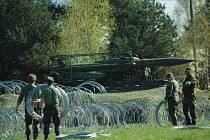 Výstavbou kontrolního propouštěcího stanoviště a umístění raketového odpalovacího zařízení začalo vojenské cvičení v areálu atomové elektrárny Temelín,
