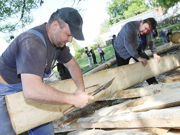 Členové spolku Vltavan z Purkarce u Hluboké nad Vltavou dokončili v sobotu v kempu ve Střelských Hošticích stavbu vorové tabule složené z devíti šestimetrových klád.