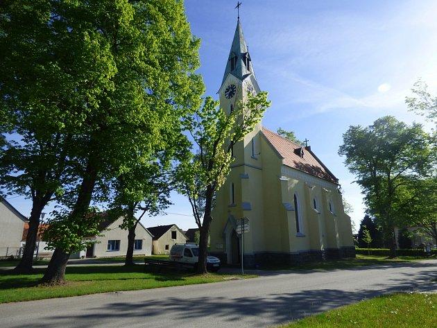 Kostel sv. Václava je dominantou návsi ve Vrábči. Před více než 75 lety si jej za vlastní peníze postavili místní. V současnosti je kostel majetkem obce. Kromě občasných svateb i pohřbů se zde každý měsíc konají také bohoslužby.