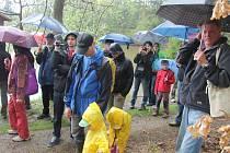 Na nové naučné stezce obdivovali v sobotu různorodé příhraniční rybníky první turisté.