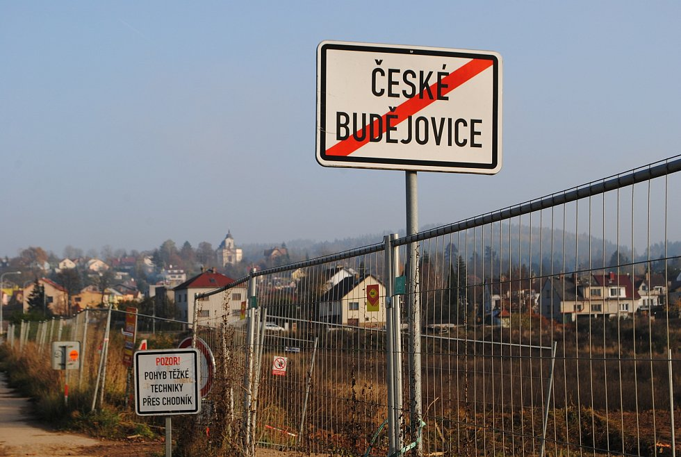 Výstavba D3 mezi Budějovicemi a Dobrou Vodou. Před Dobrovodskou ulicí se dálnice zanoří do téměř kilometrového tunelu Pohůrka. .