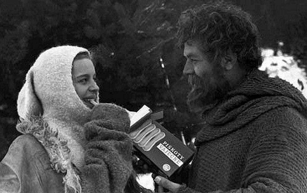 Poetický snímek, na němž se v zimě piškoty občerstvují Magda Vášáryová a Vladimír Menšík.