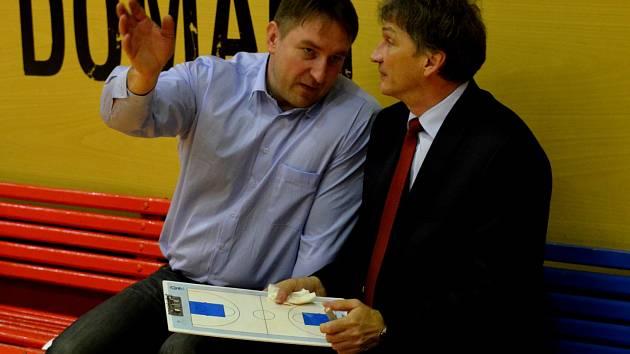 SPOKOJENOST. Generální manažer basketbalistek Strakonic Eduard Gaisler (vlevo) je s prací hlavního trenéra Ivana Beneše (vpravo) a svěřenkyň pod jeho vedením spokojen.
