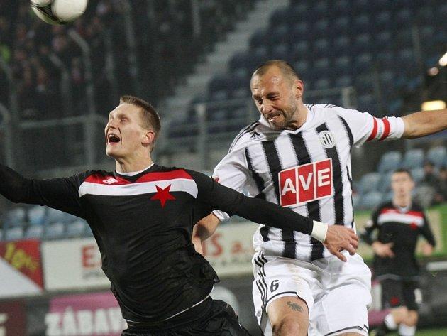 Roman Lengyel v zápase se Slavií bojuje s Milanem Škodou.