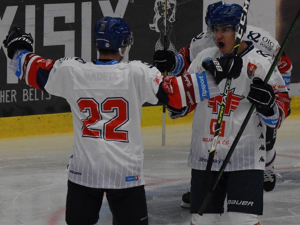 Martin Beránek (vpravo) slaví první gól hokejistů Motoru v letošní sezoně, s gratulací spěchá Matouš Hrubec.