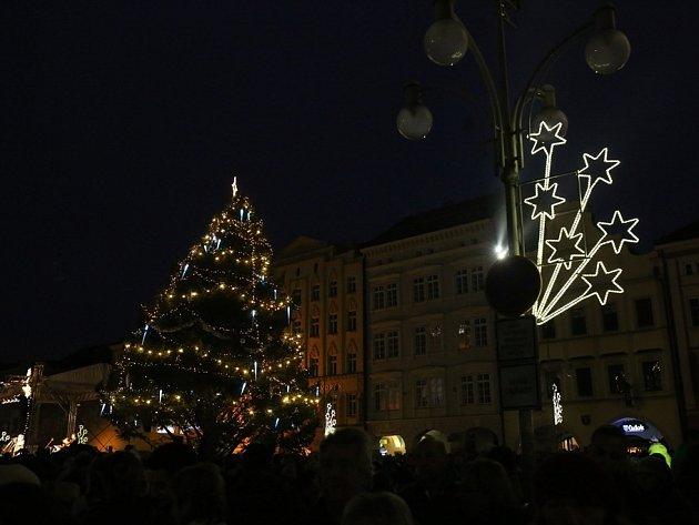 Budějčáci v sobotu rozsvítili vánoční strom na náměstí a zahájili adventní kulturní program.