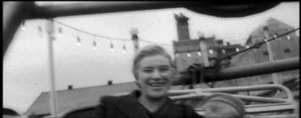 Táborská sladovna nedaleko Jordánu a vlakového nádraží se ve filmu také mihne. Kamera ji zachytí, když herečka jede na kolotoči.