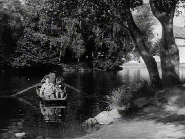 Ivan na loďce přijíždí ke hvězdárně, spěchá pak na tábor.