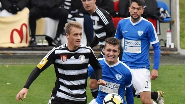 Na podzim fotbalisté Táborska a Dynama hráli u Jordánu bez gólů (na snímku budějovický Patrik Čavoš bojuje s táborským Jakubem Kopřivou.