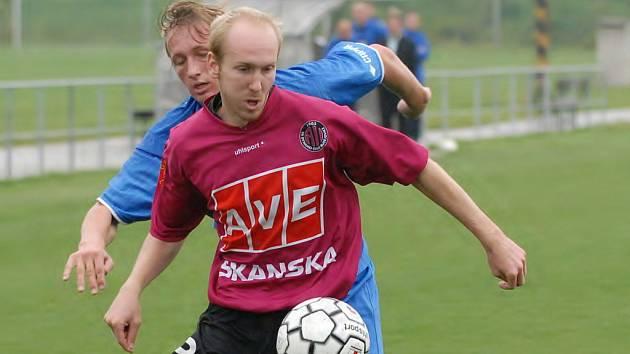 Martin Leština (na snímku odvrací před Rehákem) potvrdil i proti Letohradu na postu pravého obránce výbornou formu. Navíc ukázkovou přihrávkou připravil Lesňákovi druhý gól.