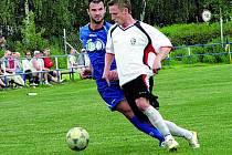 Třeboňští fotbalisté v divizi překvapivě podlehli pražské Admiře 1:5. Na snímku je vlevo domácí Pintér.