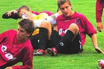 Dorostenci Dynama relaxují přímo na trávníku po utkání se Slavií. Filip Rein (sedí vpravo) jediným gólem zápas s atraktivním soupeřem rozhodl.