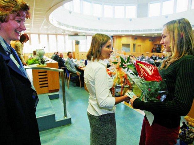 Sportovní střelkyni Michaele Musilové k zařazení do elitní trojky nadějí Objev roku gratuluje šéfredaktorka Českobudějovického deníku Hanka Svítilová.