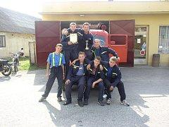 Historie. První soutěžní družstvo radostických hasičů. Snímek je starý přibližně pět let