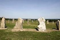 Po vzoru známé pravěké stavby u městečka Salisbury v jižní Anglii vybudoval pro Holašovice vlastní obdobu Stonehenge stavař Václav Jílek.