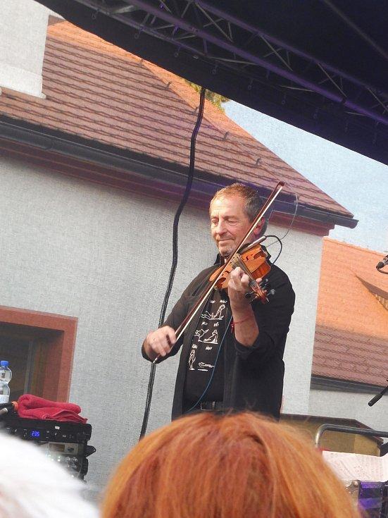 Na nádvoří borovanského kláštera hrála kapela Čechomor. Na snímku Karel Holas.