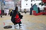 Kejklíř, kurtizány i pacholek zavedli do středověku na Piaristickém náměstí.