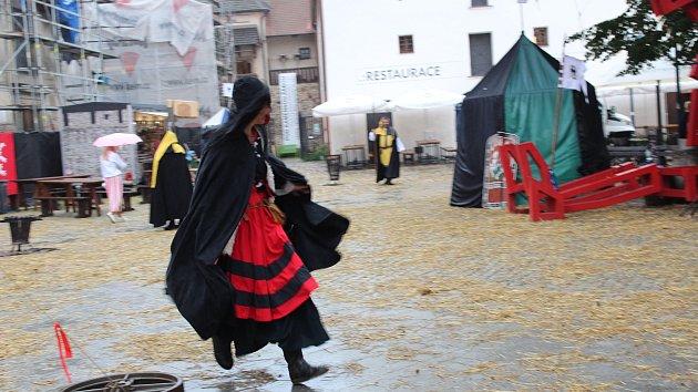 Kejklíř, kurtizány i pacholek zavedli do středověku na Piaristickém náměstí
