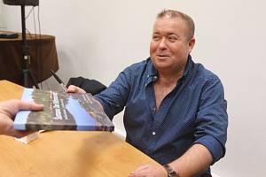 Křest knihy Petra Moravce v knihovně